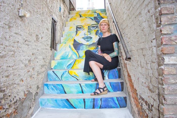 Kunstenaar Sarah Vanden Branden in waterstraatje Mechelen